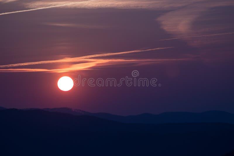 在日落的小山 免版税图库摄影
