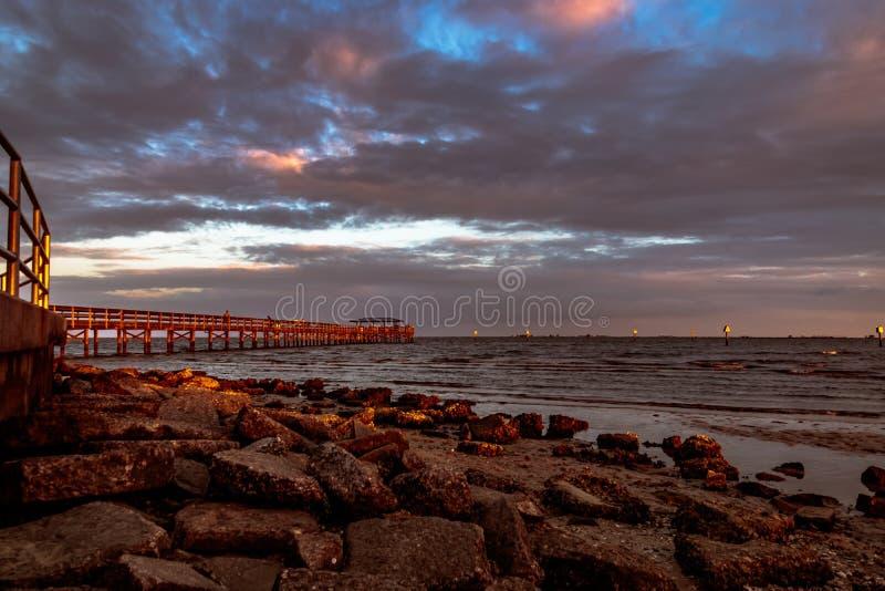 在日落的小游艇船坞码头 库存照片