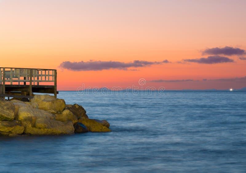 在日落的小游艇船坞重创的码头在索伦托阿马尔菲海岸意大利 库存图片