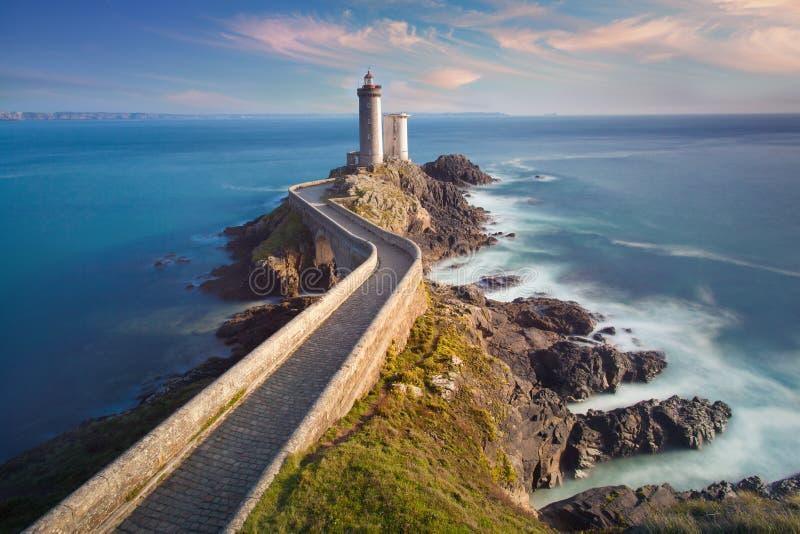 在日落的小的Minou灯塔与红灯,小的Minou灯塔布雷斯特,法国视图在布里坦尼 图库摄影