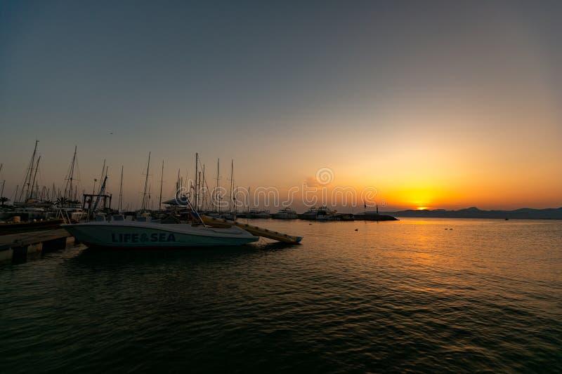 在日落的小船在拜雷阿尔斯海 免版税图库摄影