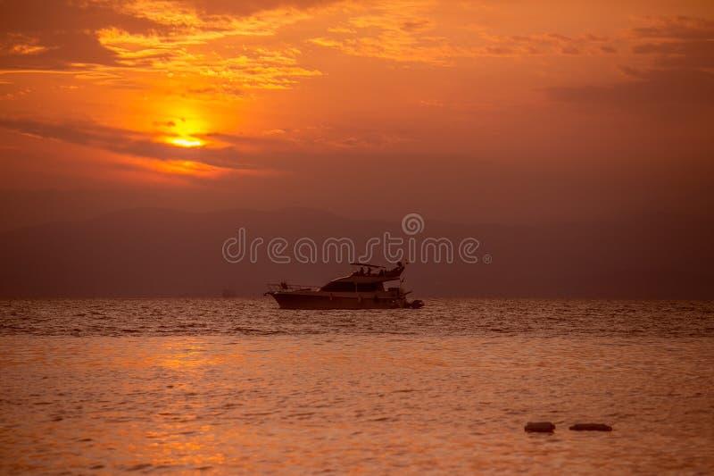 在日落的小船在拜雷阿尔斯海 库存图片