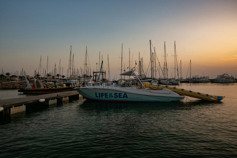 在日落的小船在拜雷阿尔斯海 库存照片