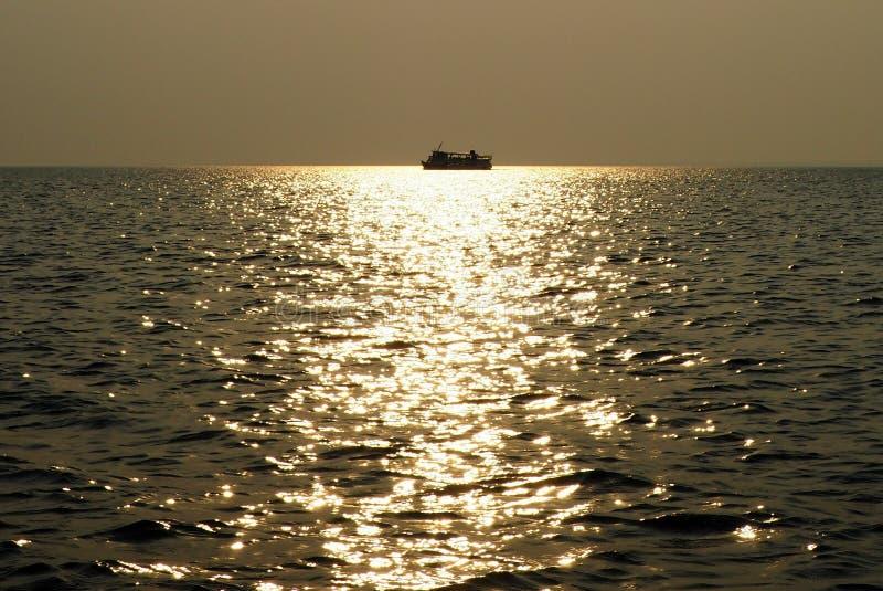 在日落的小船在Tapajos河-亚马逊/巴西 免版税图库摄影