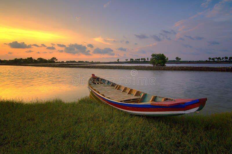 在日落的小船在tawar的muara,bekasi 免版税库存照片