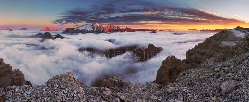 在日落的山马尔莫拉达山在意大利白云岩在夏天 图库摄影