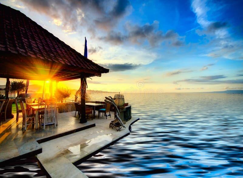 在日落的巴厘语海岸线 免版税库存照片