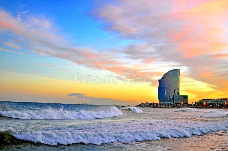 在日落的巴塞罗那海滩 库存照片