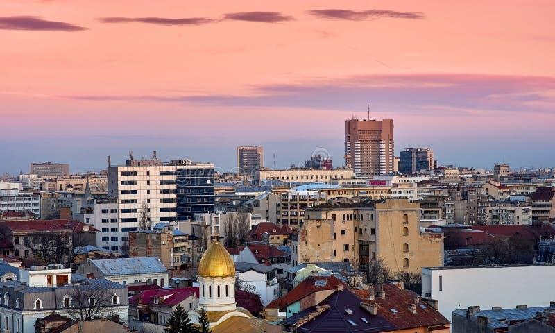 在日落的布加勒斯特鸟瞰图 免版税图库摄影