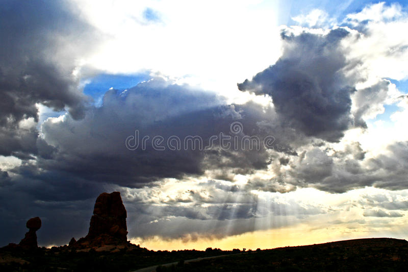 在日落的平衡岩石 免版税库存图片