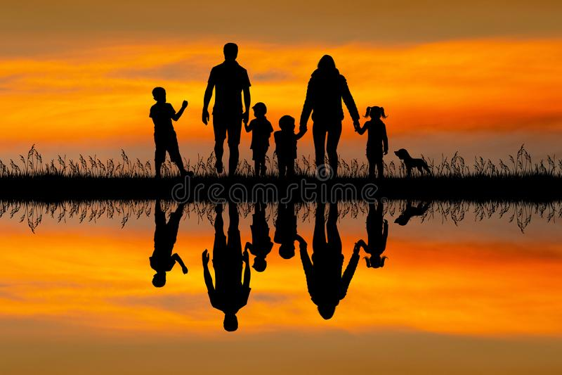 在日落的幸福家庭剪影 向量例证