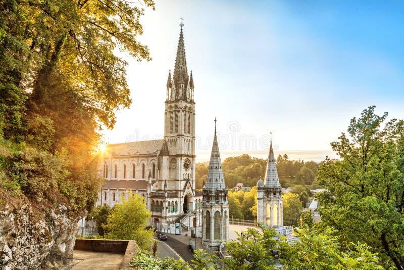 在日落的念珠大教堂在卢尔德 免版税库存照片