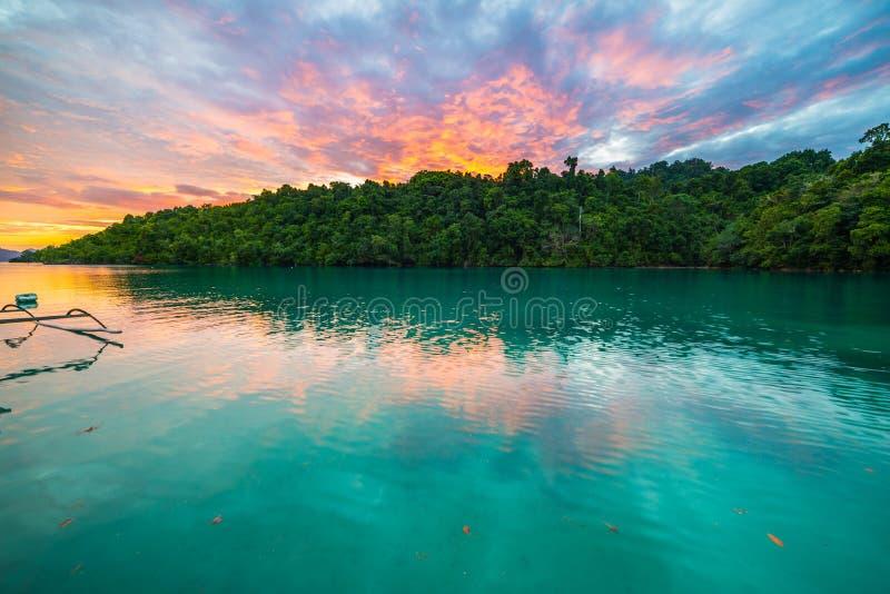 在日落的惊人的五颜六色的天空在印度尼西亚 免版税库存图片