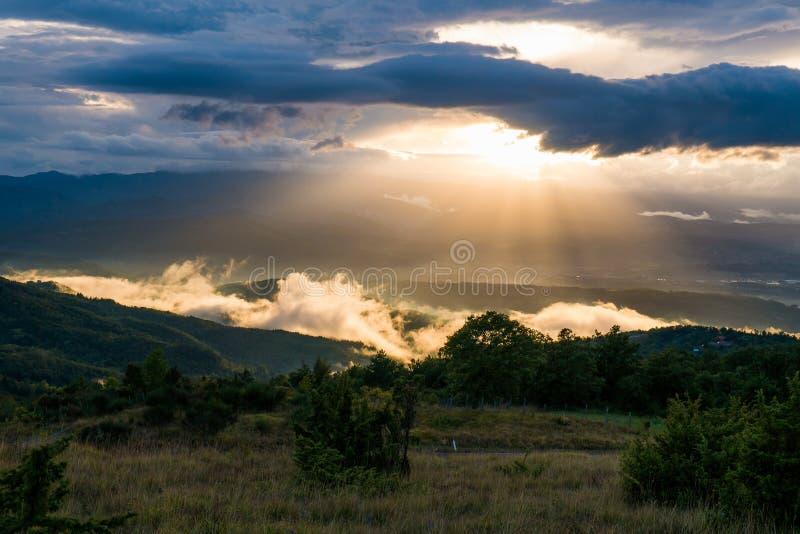 在日落的托斯卡纳小山 免版税库存照片