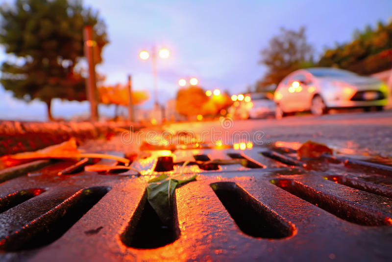 在日落的排水设备下水道 免版税库存照片