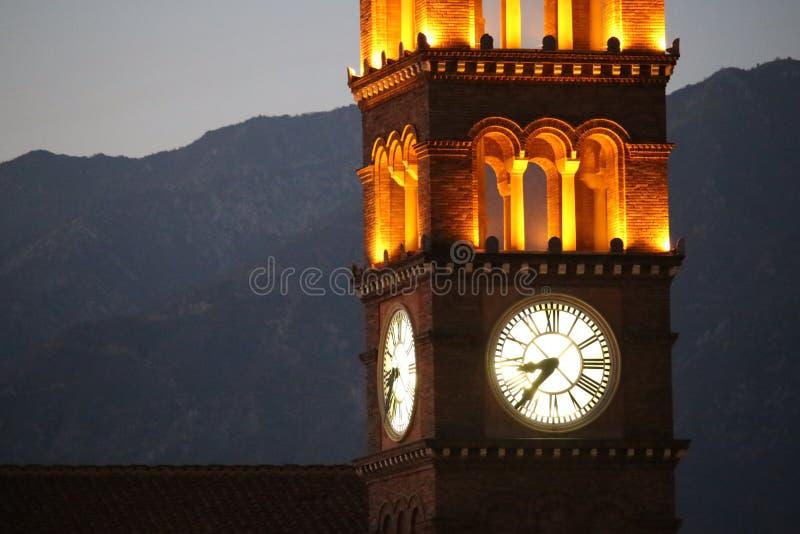 在日落的教会时钟塔 免版税库存图片