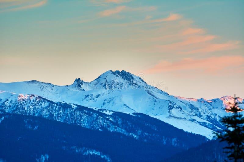 在日落的斯诺伊山 免版税库存照片