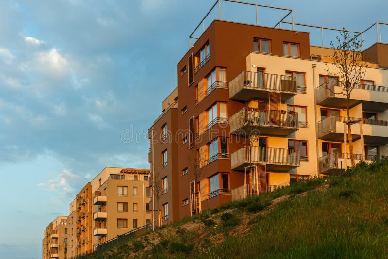 在日落的新的现代复杂美丽的公寓平的修造mortage 库存照片
