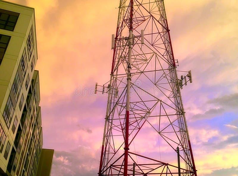 在日落的无线电铁塔 免版税图库摄影