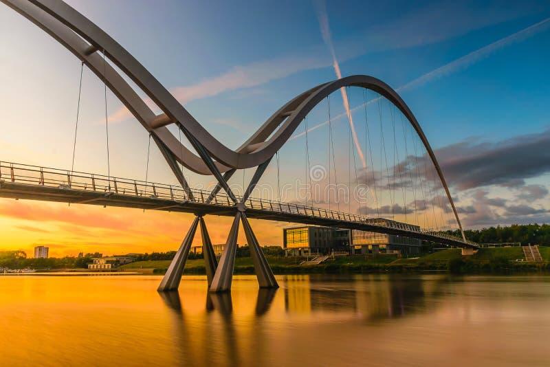 在日落的无限桥梁在斯托克顿在发球区域 免版税库存图片