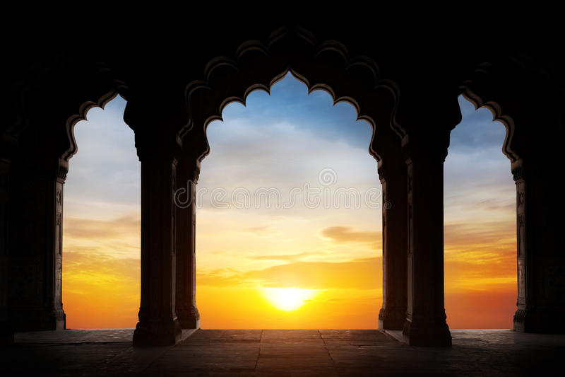 在日落的曲拱剪影 免版税库存照片