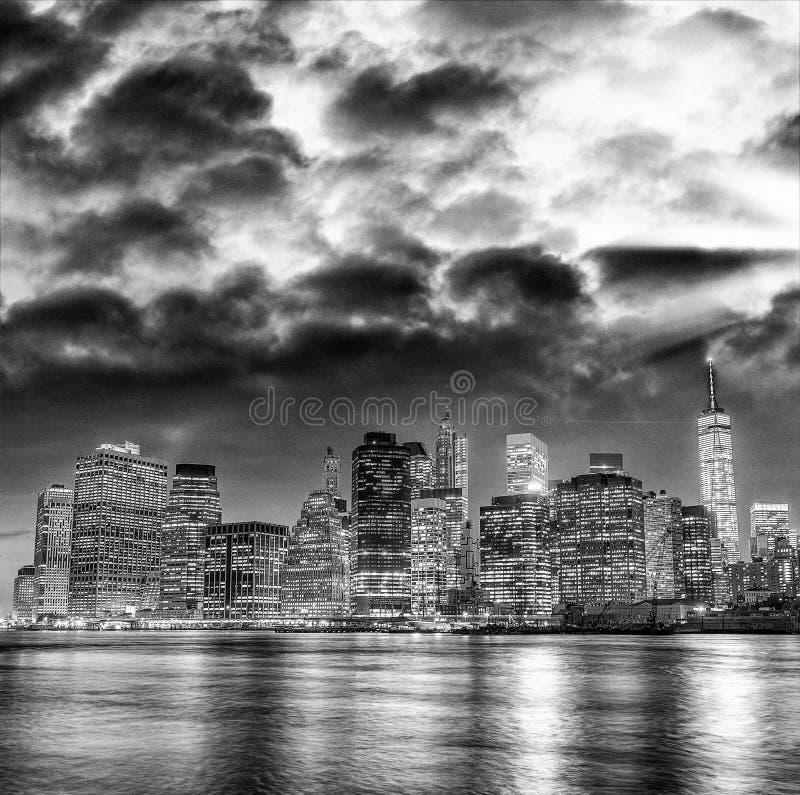 在日落的曼哈顿光,河反射 库存照片