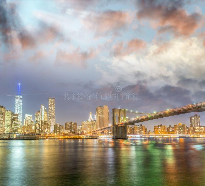 在日落的曼哈顿光,河反射 免版税库存图片
