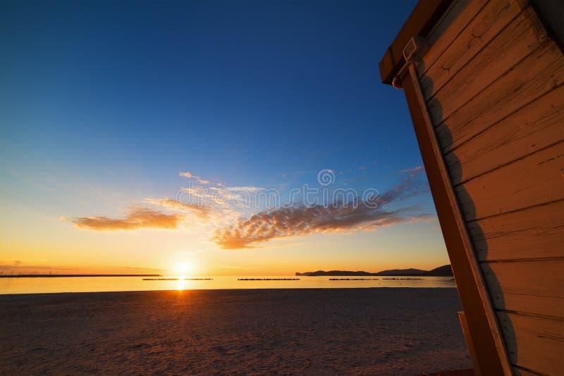 在日落的木客舱 免版税库存照片