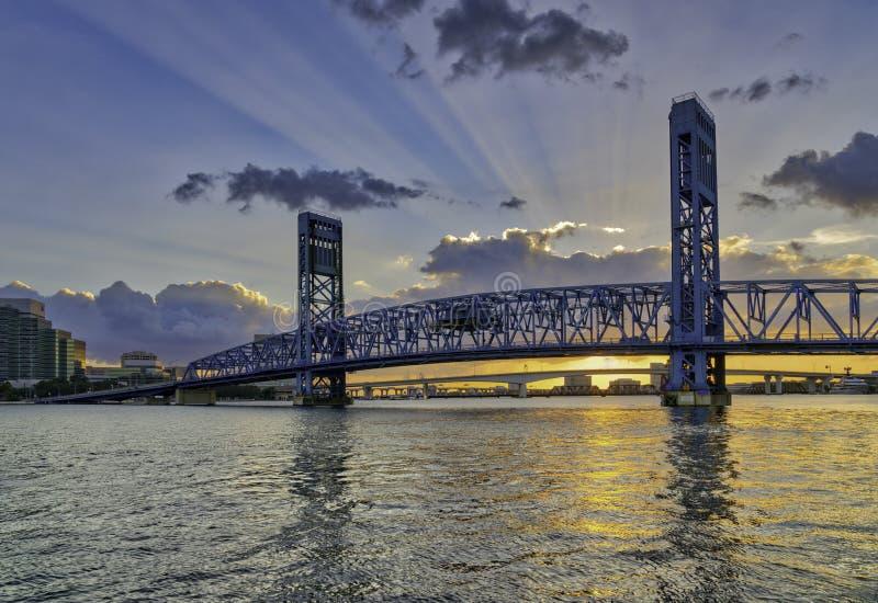 在日落的杰克逊维尔,佛罗里达主要ST桥梁与神光芒 免版税库存照片