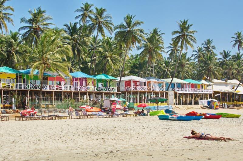 在日落的果阿海滩与五颜六色的平房Palolem Agonda 免版税库存图片