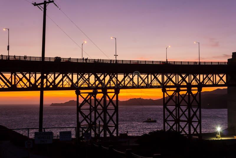 在日落的桥梁剪影 免版税库存图片