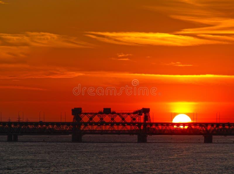 在日落的桥梁dnipropetrovsk 库存照片