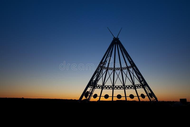 在日落的梅迪辛哈特圆锥形帐蓬 库存照片