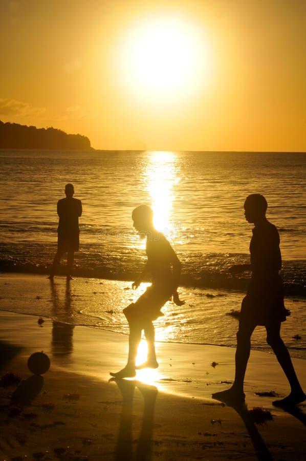在日落的橄榄球 免版税库存照片
