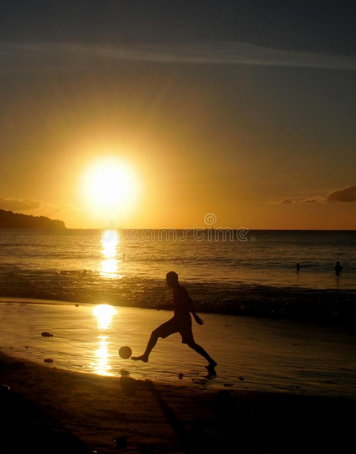 在日落的橄榄球 免版税图库摄影