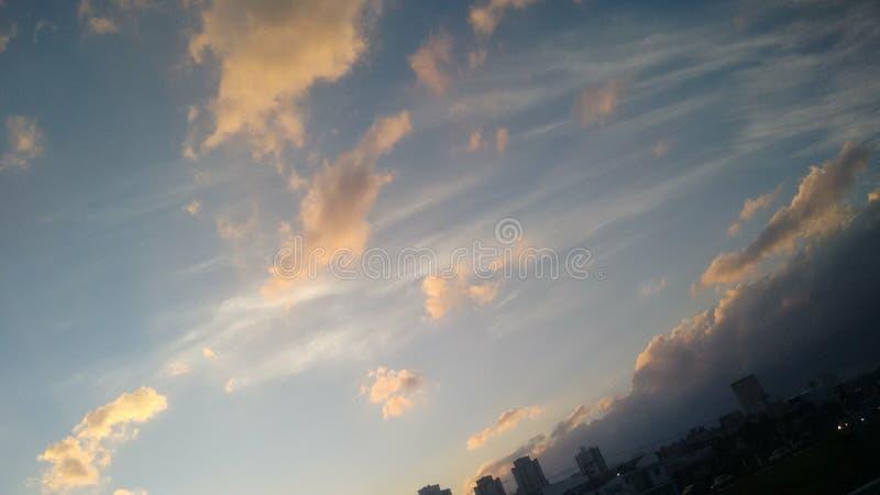 在日落的橙色云彩在城市 库存图片