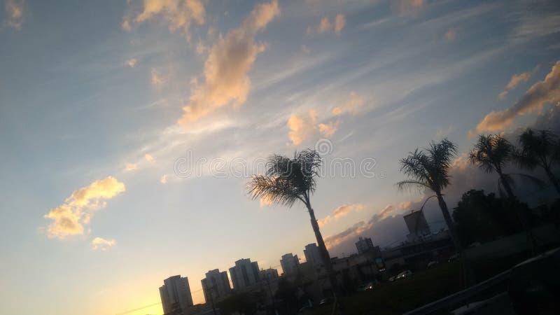 在日落的橙色云彩在城市 免版税库存图片