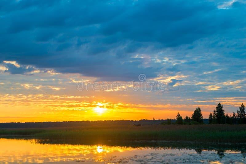 在日落的橙色明亮的太阳 图库摄影