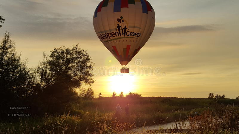 在日落的气球 免版税库存照片