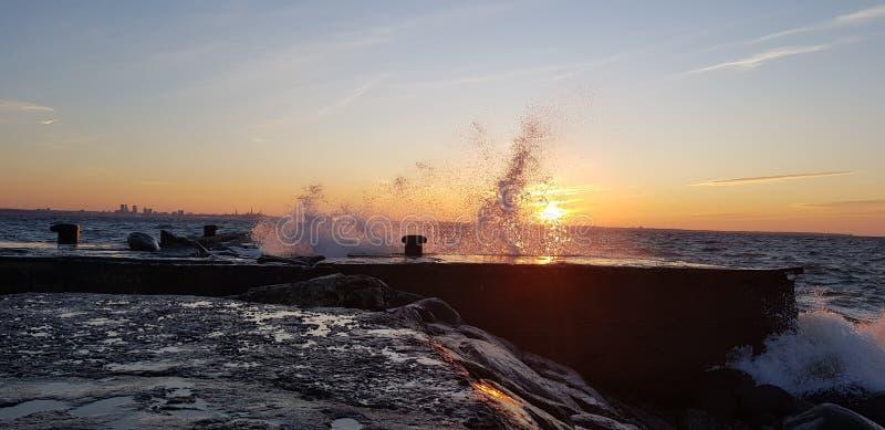 在日落的水飞溅 免版税库存照片