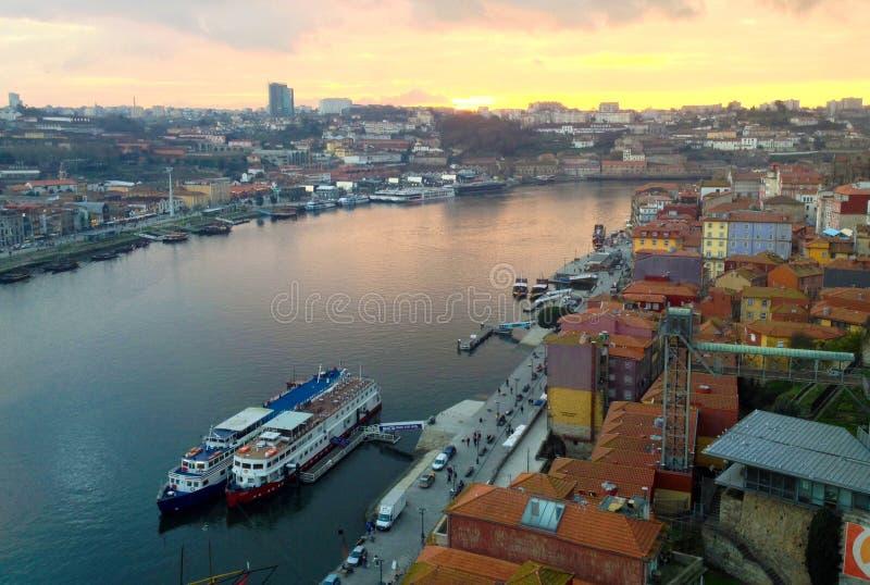 在日落的波尔图都市风景 杜罗河河在波尔图,葡萄牙历史的区  免版税库存图片