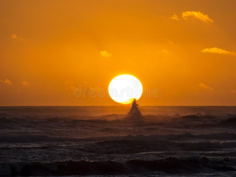在日落的波浪在海洋 免版税库存图片