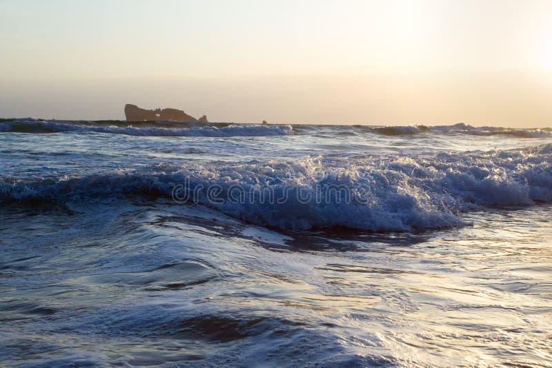在日落的波浪,法国 库存图片