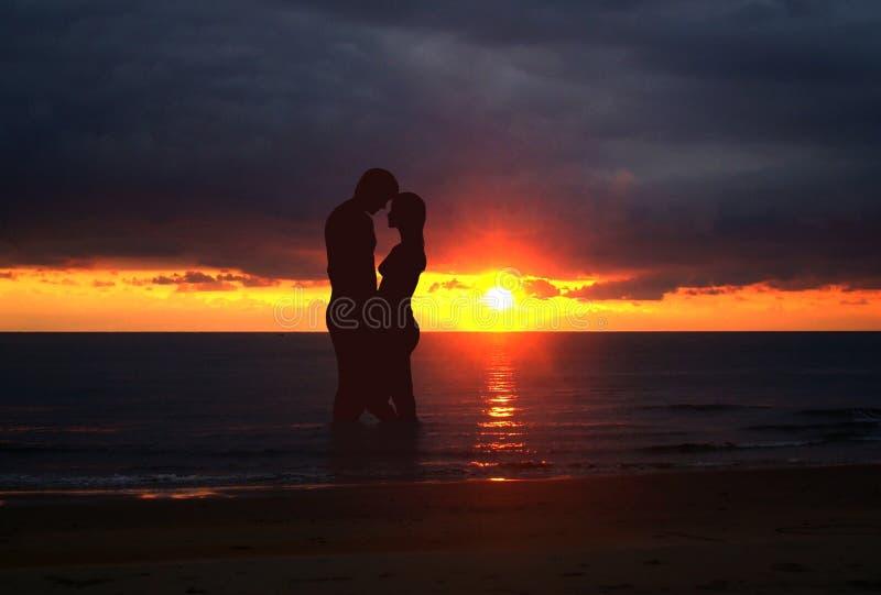 在日落的浪漫夫妇 皇族释放例证