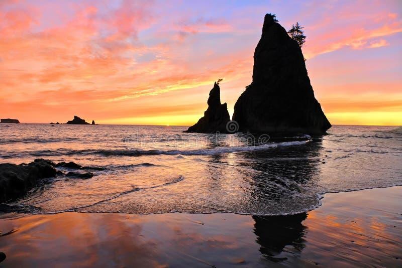 在日落的海堆 免版税库存照片