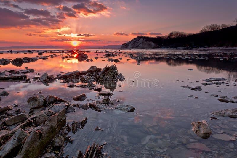 在日落的海岩石 库存照片