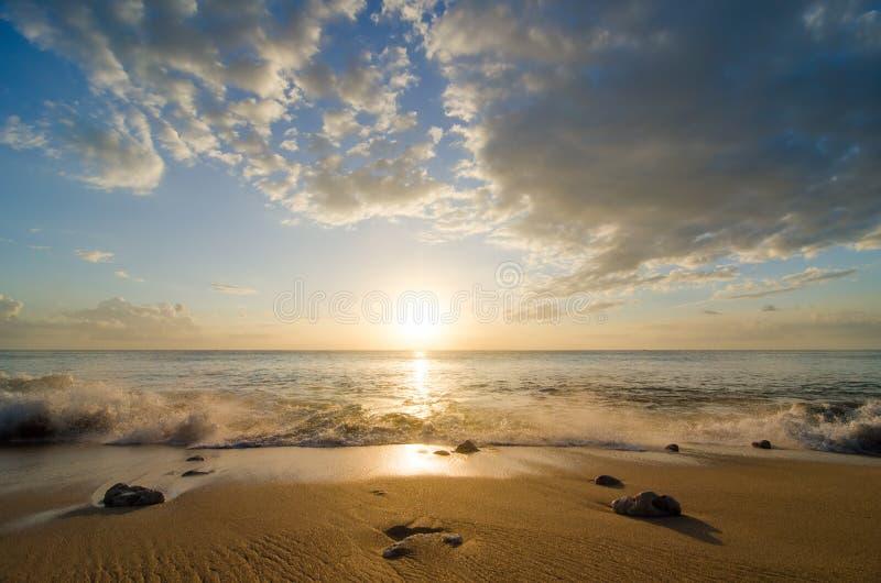 在日落的海波浪 免版税图库摄影
