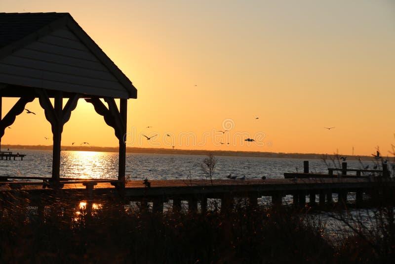 在日落的海湾 库存图片