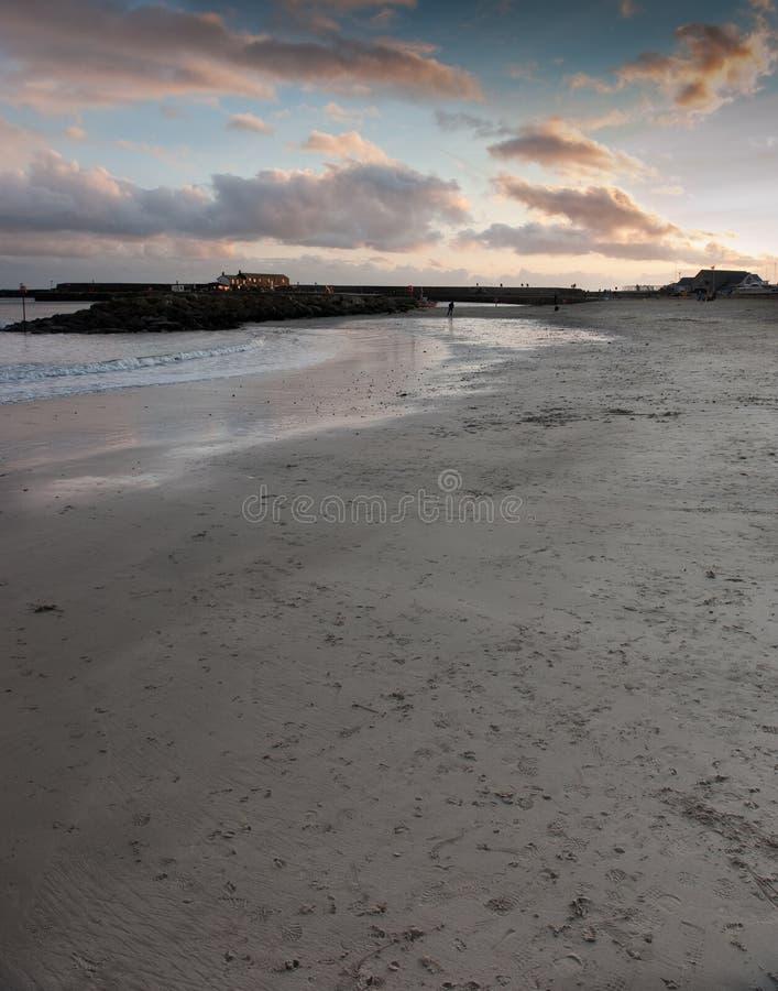 在日落的海湾lyme 免版税库存图片