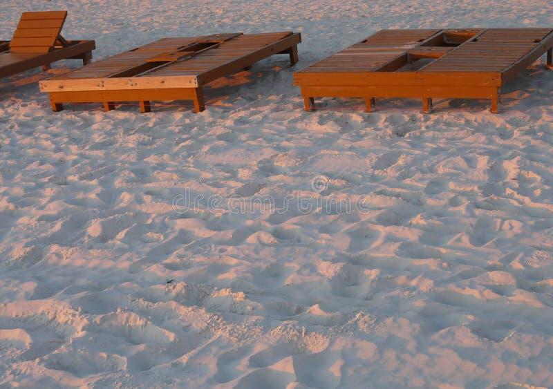 在日落的海滩出租躺椅 库存照片